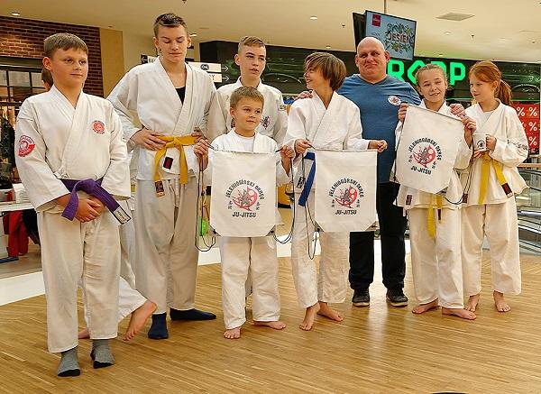 Pokazy sztuki walki Ju Jitsu na targach Organizacji Pozarządowych w Galerii Sudeckiej w Jeleniej Górze